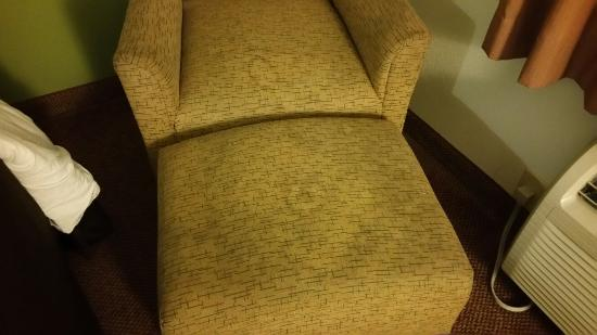 Sleep Inn and Suites Dothan: Dirty furniture