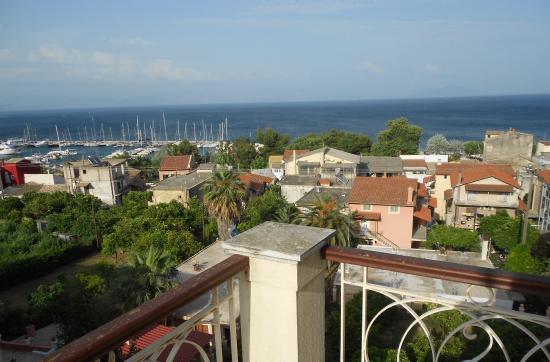 Pyrros Hotel: Вид с балкона бокового номера отеля Пиррос