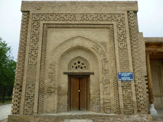 Navoiy, Oezbekistan: Фасад мавзолея украшен затейливым орнаментом