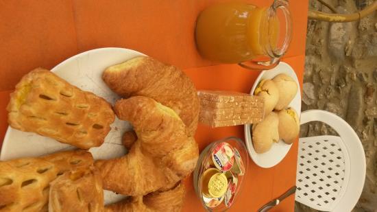 La Voce del Mare: colazione con sfogliatelle buonissime