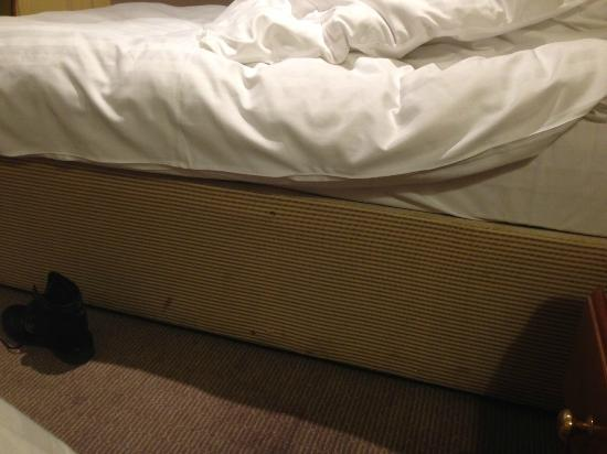Best Western Priory Hotel: filthy bed bases