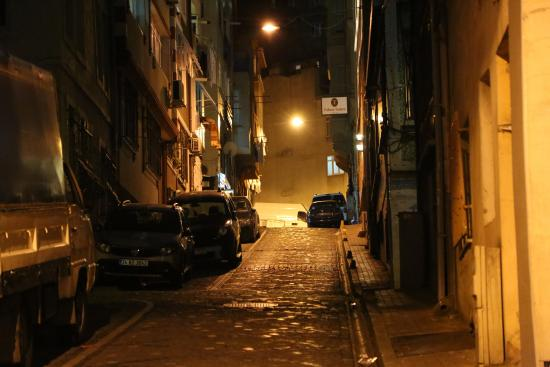 Educa Suites: Улица ведущая к отелю
