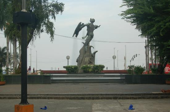 Plaza Rajah Sulayman: the statue