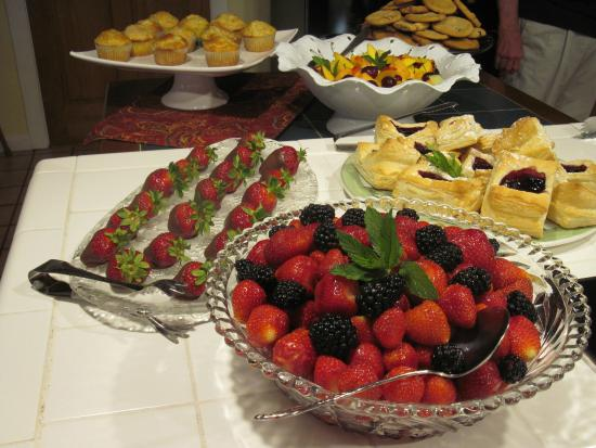 Mountain Harbour Bed and Breakfast: Fresh fruits for breakfast- in addition to home made biscuits, French toasts, omelets, ham, etc
