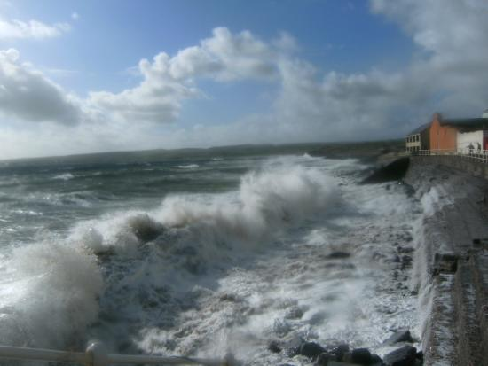 Lahinch Hostel: Big waves at high tide