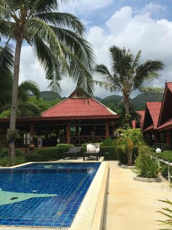 Penny's Bungalow Resort: here's the restaurant, right by the pool.