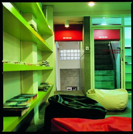 HQ Hostel Silom: Library and common area
