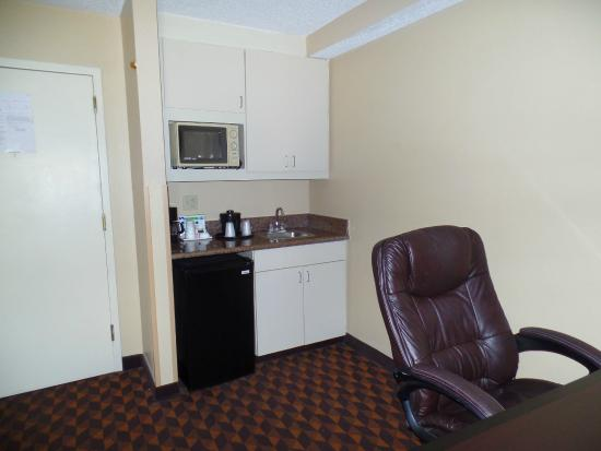 Holiday Inn Express Hotel & Suites Midtown: Kitchenette