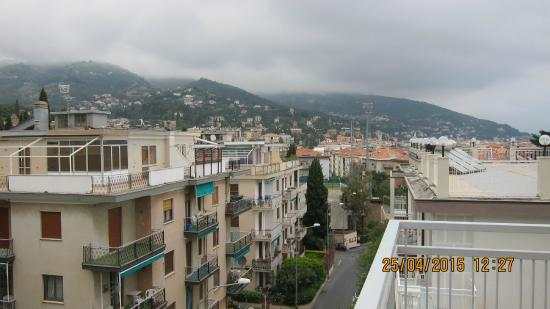 Hotel Garden: Вид с балкона на улицу