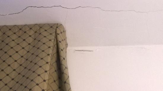 Hotel Sirius: Soffitto e muro rotto