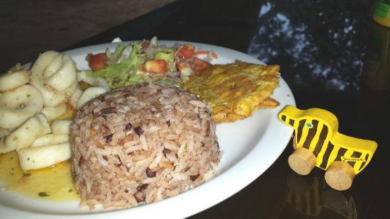 Yarisnori: Tintenfisch in kreolischer Soße mit Reis und Kochbananen