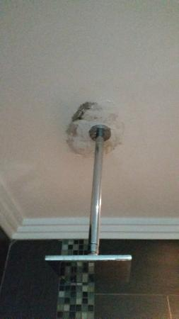 St. Andrews Signature Hotel & Spa: Moldy, leaky ceiling.