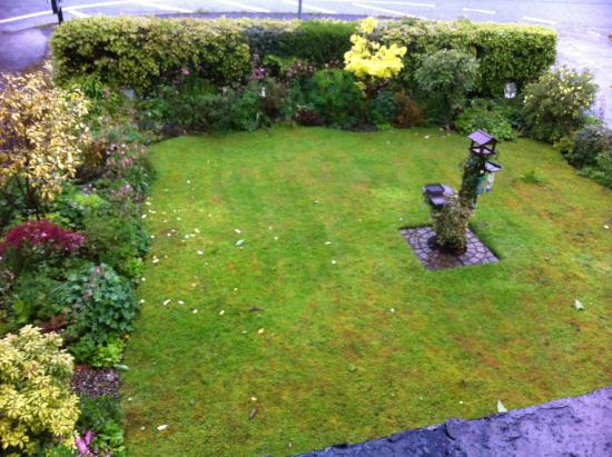 Meadowcroft Country Guest House: View of the front garden from room 5
