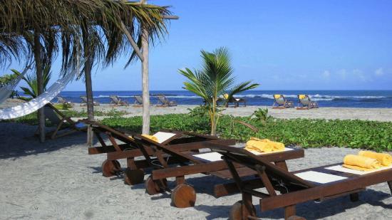 Merecumbe Hotel: Tumbonas en la playa