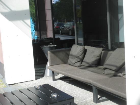 Motel One Berlin-Tiergarten: smoking area in front of hotel