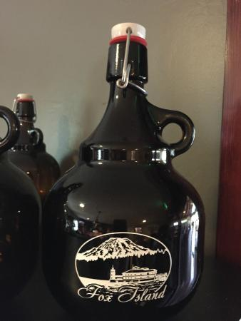 Fox Island, Etat de Washington : A commemorative growler from Zog's, etched with an image of Mt. Rainier and Tanglewood Island.