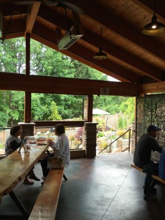 Fox Island, واشنطن: Indoor seating at Zog's Beer Garden on Fox Island.