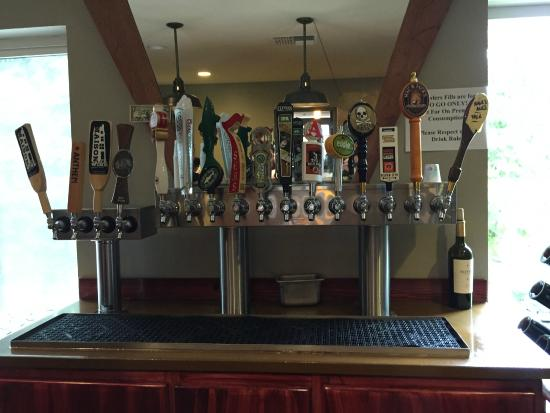 Fox Island, Etat de Washington : The Zog's Beer Garden tap lineup - diverse, and mostly local.