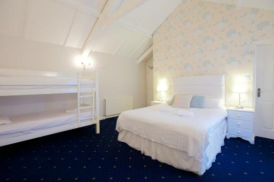 The Kings Arms: Family room with bunkbeds