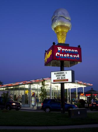 Andy's Frozen Custard : Night Life at Andy's