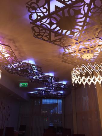Caravan House Restaurant: Il soffitto del primo piano con led che cambiano colore