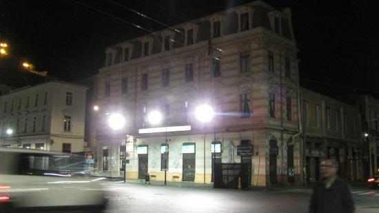 Hotel Reina Victoria : el hotel desde afuera en la noche