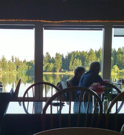 Anderson Island, WA: Lake view from the dining room of the Riviera!