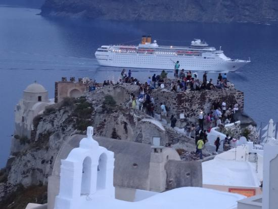 Lucky Homes - Oia : One of the cruiseships , passing the old casle with tourists