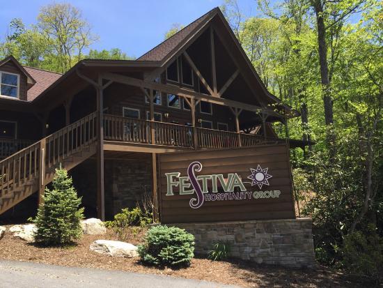 Blue Ridge Village: Beautiful resort with plenty of trees and meadows