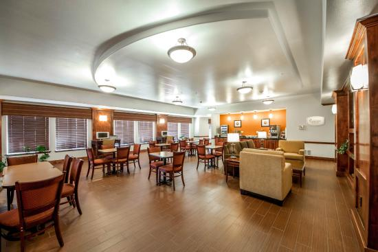 Sleep Inn & Suites: Relax with the family in our breakfast room
