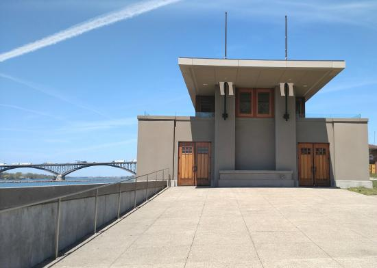 Frank Lloyd Wright's Fontana Boathouse : South end view of the Boathouse toward the Peace Bridge