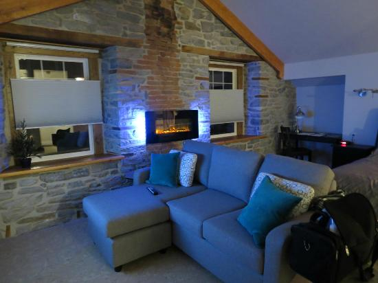 Kemptville Suites: Very comfy couch for tv viewing