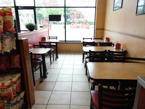 Napoli Pizza: Seating area