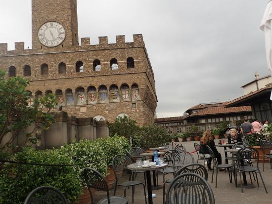 Soggiorno Antica Torre: Roof Dining area of the Ufizzi overlookng the Piazza