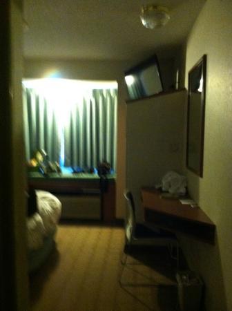 Microtel Inn & Suites by Wyndham Dry Ridge : corridor by bathroom