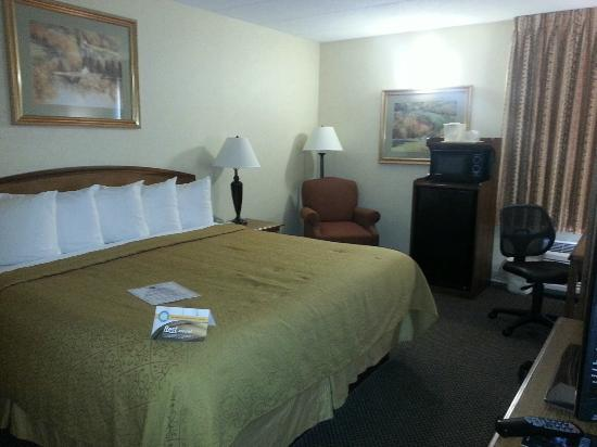 Quality Inn Chillicothe: Comfortable size room (room 108) with frig and microwave.