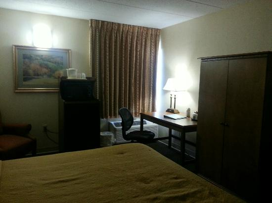 Quality Inn Chillicothe : Decent size desk to finish up the workday.