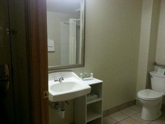Quality Inn Chillicothe : Roomy and clean bathrooom.