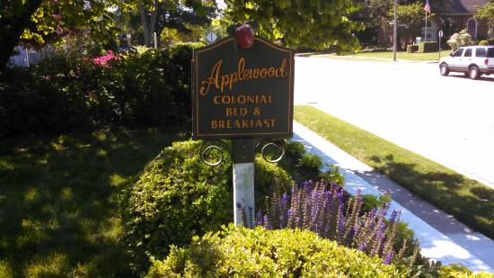 Applewood Colonial Bed and Breakfast: This is the sign to a wonderful B&B
