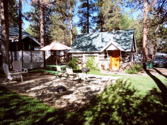 Black Forest Lodge: pleasant little picnic area out front