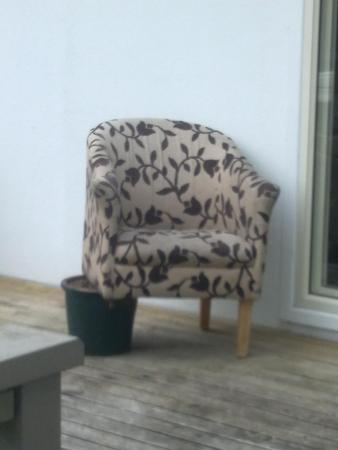 Auckland Airport Pacific Inn: Chair on the Outdoor Patio