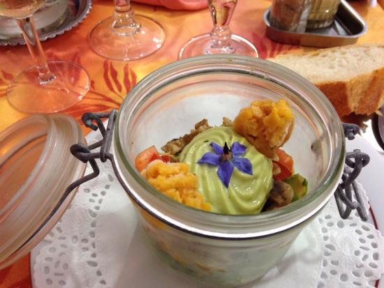 Notre-Dame-du-Pé, France : Photos des plats du menu et le bassin de la terrasse extérieur très joli et reposant.