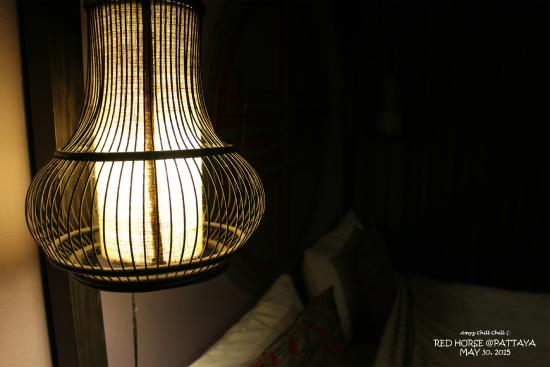 Red Horse Resort : โคมไฟหัวเตียงสไตล์จีนจร้า