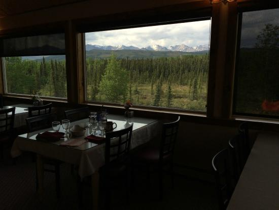 Denali Touch Of Wilderness Bed and Breakfast Inn: The gorgeous view from the breakfast room