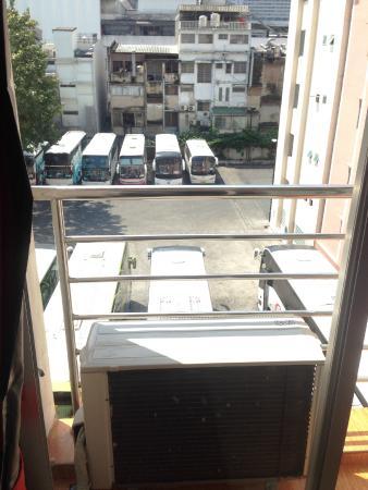 KC Place Hotel Pratunam: балкон выходит на соседний автобусный парк и в то же время, справа рядом Байок скай тауэр