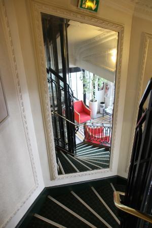 Le Treppenaufgang le vieux strapontin de la cabine d ascenseur picture of ibis blois