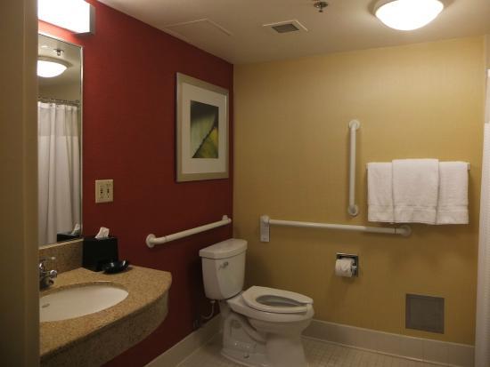 Courtyard Los Angeles Torrance/Palos Verdes: バスルーム。車いす対応の部屋。