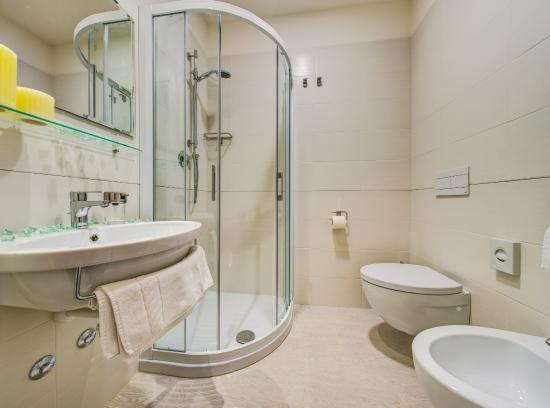 i bagni delle camere doppie vittorio veneto - picture of hotel ... - Bagno Zen Gabicce Mare