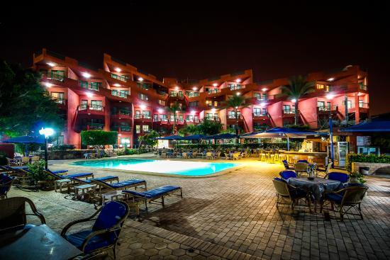 Adham Compound Hotel: Night view of main bldg