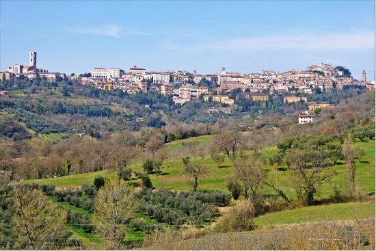 Agriturismo San Michele Arcangelo: Blick auf Perugia (mit Tele)  - Views Perugia